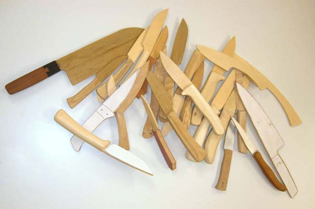 Zum einen Designstudien und von jedem Messer wird zuerst ein Holzmodell gemacht. Hier ein Ausschnitt von Holzmodellen.