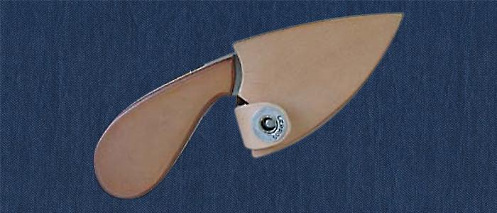 3-Finger-Messer mit Ledergriff. Messerscheide aus Holz mit Lederauflage.